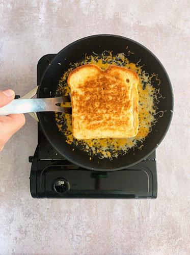 Как приготовить сырный тост на день Валентина 5