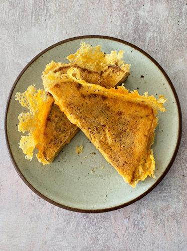 Как приготовить сырный тост на день Валентина 7