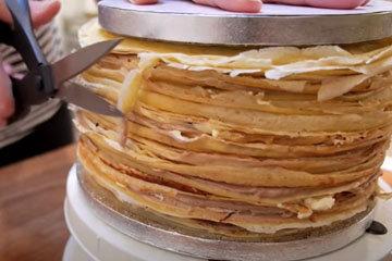 Собрать блинный торт с кремом, ганашем и орехами 3