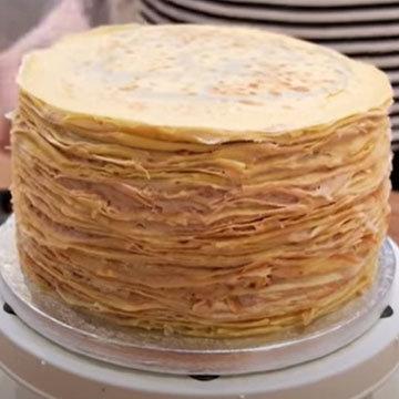 Собрать блинный торт с кремом, ганашем и орехами 4