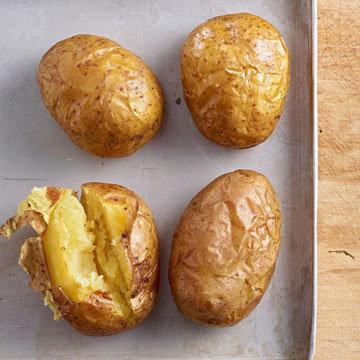 очищайте картофель только после того, как он будет приготовлен