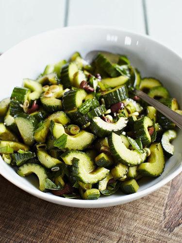 Бальзамический салат из огурцов с оливками
