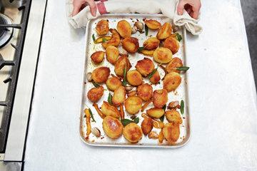 Как приготовить жареный картофель с шалфеем и апельсином 5